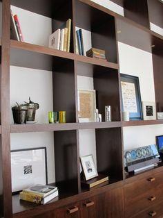 Detalle biblioteca de lapacho en Casa Linea.  Barrionuevo Sierchuk arquitectas