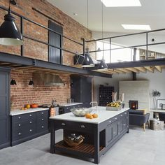 Une grange rénovée façon loft dans le Cheshire - PLANETE DECO a homes world Barn Kitchen, Home Decor Kitchen, Rustic Kitchen, Home Kitchens, Kitchen Design, Warehouse Kitchen, Warehouse Living, Warehouse Home, Kitchen Lamps