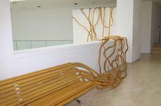 Bancos de madeira esculturais da série SPAGHETTI BENCH, criada pelo designer argentino Pablo Reinoso.