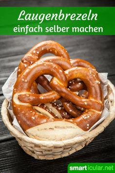 Wie frisch vom Bäcker: Laugenbrezeln selber backen - Kahvaltılıklar - Las recetas más prácticas y fáciles Bread Recipes, Baking Recipes, Vegan Recipes, Comida Diy, Baked Pretzels, Soft Pretzels, Mozarella, German Bread, Diy Snacks