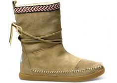 Toms Γυναικείες Nepal μπότεςΤαξιδέψαμε στα ορεινά του Νεπάλ και εμπνευστήκαμε την τέλεια μπότα για τον χειμώνα!Με επένδυση fleece, τα πόδια σας μένουν ζεστά με στύλΣούπερ μαλακη fleece επένδυσηεξωτερική σόλα από καουτσούκΔιακοσμητικο δέσιμο στον αστράγαλοOne for One.Με κάθε ζευγάρι που αγοράζετε, η TOMS δινει ένα ζευγάρι καινούργια παπούτσια σε ένα παιδί που έχει ανάγκη.