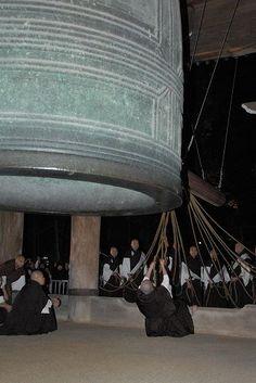 Campana del  Templo Chion-in, en Kyoto. Pesa 74 toneladas, se fundio en 1633 y hacen falta 24 monjes para hacerla sonar