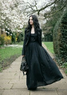 Top Gothic Fashion Tips To Keep You In Style. As trends change, and you age, be willing to alter your style so that you can always look your best. Consistently using good gothic fashion sense can help Witch Fashion, Dark Fashion, Gothic Fashion, Estilo Dark, Cotton Maxi Skirts, Mein Style, Grunge Style, Goth Style, Gothic Girls
