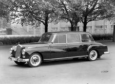 """El antecesor directo del W100 fue el 300d """"Adenauer"""" Pullman W186 de 1960. Antes hubo el 770 Grosser y a posteriori varios Clase S recibieron una versión Pullman."""
