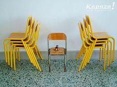 Chaises d'écolier anciennes jaune moutarde