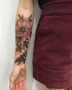 Flower tattoo, girly tattoos - Tattoo For Women Vintage Blume Tattoo, Vintage Flower Tattoo, Flower Tattoo Arm, Flower Tattoo Designs, Tattoo Flowers, Vintage Flowers, Vintage Floral Tattoos, Tattoo Vintage, Girly Tattoos