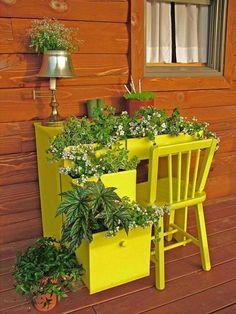 DIY Garten Idee: Ein Alter Schreibtisch, Gelb Angestrichen Als Pflanzkübel