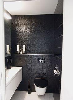 Villa Lumituisku: Black toilet