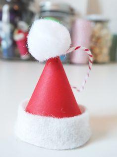 BRICOLAGE NOEL   Version miniature pour accrocher au sapin: un bonnet de Père Noel! (à partir de 5 ans / 20 min)