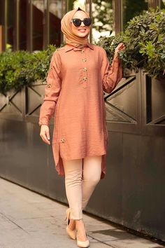 The perfect addition to any Muslimah outfit, shop Muslim fashion Nayla Collection - Patterned Hijab Tunic Find more Tunic at Tesetturisland! Pakistani Fashion Casual, Modern Hijab Fashion, Pakistani Dresses Casual, Pakistani Dress Design, Muslim Fashion, Modest Fashion, Fashion Dresses, Hijab Outfit, Bluse Outfit