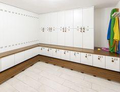 Spogliatoio piscina realizzato multistrato laccato bianco con pedana in teak