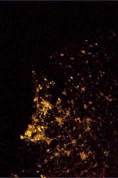 """André Kuipers // """"heldere winternacht, eindelijk een wolkenloos Nederland kunnen fotograferen"""" 2 februari 2012 03:10"""