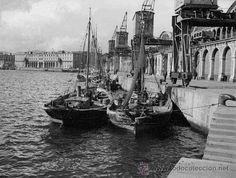 Puerto de Barcelona. Barcas de Pescadores. Edificio del actual Museo de Historia. Circa 1930 (Fotografía Antigua - Gelatinobromuro)