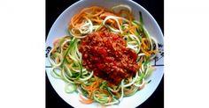 Spaghetti sind längst auch bei uns in Deutschland so etwas wie ein Nationalgericht. Allerdings birgt die leckere Speise auch so einiges an Kalorien. Wer trotzdem nicht auf Bolognese, Carbonara und Co. verzichten möchte kann sich jetzt freuen: Es gibt auch eine kohlehydratfreie und somit kalorienärmere Pasta-Variante. Tauschen Sie einfach die Nudeln aus Hartweizen gegen Gemüse-Spaghetti aus!