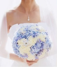I suoi fiori coloratissimi indicano infatti l'intenzione di tagliar la corda, di sfuggire alla persona a cui la state regalando! Insomma il fiore ideale da regalare se andate a una cena che si preannuncia noiosissima, ma meglio evitare di farne dono alla propria dolce metà a meno che non vogliate ritrovarvi il mazzo di ortensie direttamente sulla vostra testa! #ortensia #fiori #matrimonio #wedding