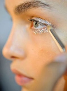 The best glitter eyeshadow looks to inspire you! Loose glitter and gold glitter are perfect for creating an amazing glitter eyeshadow look. Makeup Inspo, Makeup Art, Makeup Inspiration, Makeup Tips, Hair Makeup, Makeup Ideas, Silver Glitter Eye Makeup, Glitter Eyeshadow, Eyeshadow Looks