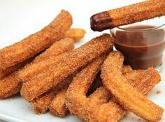 Churros recept: A churro spanyol édesség: sült tésztarudacskák cukorba mártogatva. Argentínában dulce de lechével, csokoládéval, vagy vaníliával töltik meg. Madridban forrócsokoládéba mártogatva fogyasztják. Kiváló churros recept! ;)
