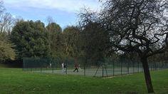 """Visitando o parque de """"Blow Up - Depois daquele beijo"""": a quadra de tênis."""