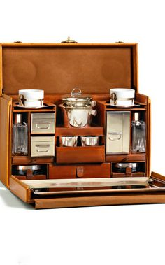 In Louis Vuitton delivered his version of tea case, an elegant and practical piece designed to be compact and yet easy to remove and use. The case contains cups, pots and all the other paraphernalia for a proper cup of tea on the road. Made for Saya Collection Louis Vuitton, Campaign Furniture, Design Living Room, My Cup Of Tea, Tea Accessories, Tea Ceremony, High Tea, Drinking Tea, Afternoon Tea