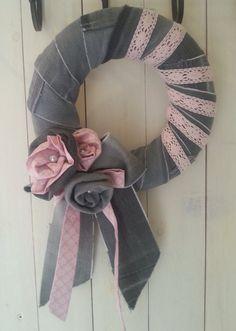 Decorazione o porta corona fatta di jeans grigio di oriJEANalAC