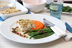 """Søtpotetmos er ypperlig tilbehør til hvit fisk. Kombinasjonen løftes ytterligere sammen med dette velsmakende soyasmøret og sprø aspargesbønner. Søtpoteter er en """"barnevennlig"""" grønnsak, og er en av…"""