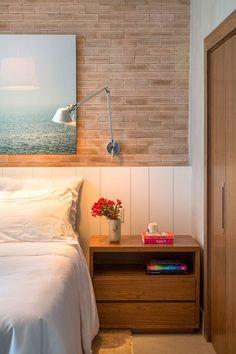Decoração de apartamento. No quarto, parede de tijolinho, luminária de parede, criado-mudo. #decoracao #decor #details #casadevalentina