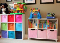 kunterbunte Körbe und Fächer für praktische Aufbewahrung von Spielzeug