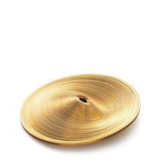 """Grand """"Shape It"""" 52mm - Pendentif Niessing -  Un fil d'or jaune enroulé forme un large disque de 52mm de diamètre qui se laisse modeler mystérieusement pour dévoiler différents reliefs et jeux de lumière. Existe en diamètre 24, 36 et 52mm. A porter sur un câble Niessing, de préférence de 44cm de longueur."""