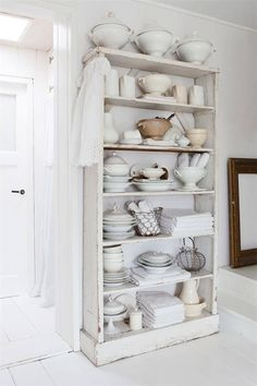 Tall shelves for kitchen ware and crockery. Vicky's Home: Una atmósfera mágica / A magical atmosphere