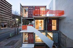 La oficina japonesa Daiken-Met Architects ha construido recientemente la oficina Sugoroku, su estudio de arquitectura en Gifu, Japón. Un marco móvil, compatible con contenedores apilados, conforma las áreas de trabajo y los espacios habitables en la planta superior.