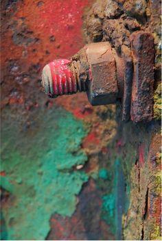221489 - Serie van 4 foto's. Kanaaldijk Z.O., kraanbaan. Schroef met op de achtergrond roestige en kleurige delen van de kraanbaan Foto: Niderost, D. - http://www.geschiedenishelmond.nl/zoek-resultaat/oai_mi/ft_%7BA5AAB512-A308-4C46-AD3B-C7CB6CAEAA31%7D