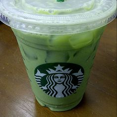 For All The Green Tea Latte Lovers Out There: How to Make Your Own -Matcha Green Tea Powder -Melon Syrup or Syrup of Liking (vanilla syrup) -Milk of liking -Water ~Mix matcha w/ 4 shots of syrup. Fill glass w/ milk & water apprx each. Starbucks Vanilla Latte, Starbucks Drinks, Starbucks Green, Healthy Starbucks, Fun Drinks, Yummy Drinks, Healthy Drinks, Healthy Meals, Breakfast