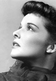 Katharine Hepburn photographed during the tour of the stage production Jane Eyre, 1936 Old Movie Stars, Classic Movie Stars, Classic Beauty, Timeless Beauty, Classic Hollywood, Old Hollywood, Katharine Hepburn Spencer Tracy, Hailey Baldwin Style, Star Wars