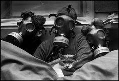 TEL AVIV, Israel—Esta familia israelí en Ramat Gan está preparada para un posible ataque con gas durante la Guerra del Golfo, 1991.   Micha Bar Am / Magnum Photos