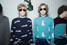 Backstage beauté de Fashion Week : esprit teen spirit cheveux longs, bouclés, ébourriffés au défilé Prada homme printemps-été 2016 http://www.vogue.fr/vogue-hommes/fashion-week/diaporama/les-tendances-beaut-de-la-fashion-week-homme-printemps-t-2016/21017
