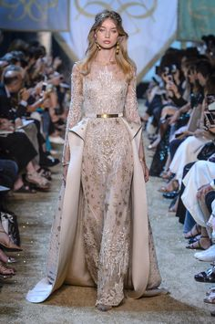 Find tips and tricks, amazing ideas for Elie saab. Discover and try out new things about Elie saab site Fashion Week, Runway Fashion, Fashion Show, Paris Fashion, Fashion Design, Couture Dresses, Fashion Dresses, Style Haute Couture, Elie Saab Couture