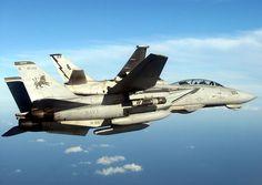 """Océano Atlántico (12 de septiembre, 2005) - Un F-14D Tomcat, asignado a la """"Blacklions"""" del escuadrón de caza Dos Uno de tres (VF-213) se une arriba en el lado de babor de un S-3B Viking asignado a la """"Scouts"""" de Mar del control de la escuadrilla dos cuatro (VS-24), antes de efectuar operaciones de reabastecimiento en vuelo. VF-213 y VS-24 fueron asignados al molinete Ocho (CVW-8), se embarcaron a bordo del portaaviones de la clase Nimitz USS Theodore Roosevelt (CVN 71)."""