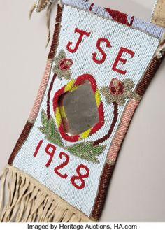 Сумочка для зеркала, Кроу. Деталь. Период: 1928 год. Длина 26 дюймов.  Собственность John Smart Enemy, Pryor, MT. Custer Battlefield Trading Post, Crow Agency, MT. Heritage Auctions. 2007 Dallas, TX - American Indian Art Signature Auction #681
