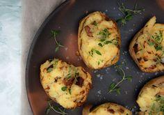 Lækre ovnbagte kartofler med bacon og hvidløgsost - smager helt fantastisk og er gode som tilbehør til culotte, en god bøf eller andre retter. Skal prøves med søde kartofler