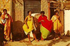 Parangolés de Hélio Oiticica fotografados no Rio de Janeiro, em 1979, por Ivan Cardoso. Veja mais em: http://semioticas1.blogspot.com.br/2013/04/aventuras-da-percepcao.html