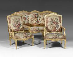 Important mobilier de salon en bois redoré, à large dossier plat mouvementé sculpté de coquilles, agrafes d'acanthe et croisillons. Les six fauteuils d'époque Louis XV.