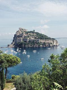 Ischia Sehenswürdigkeiten   Tipps für Anreise & die schönsten Ausflüge Beautiful Islands, Beautiful Beaches, Places To Travel, Places To Go, Naples Italy, Fantasy Inspiration, European Travel, Amalfi, Italy Travel