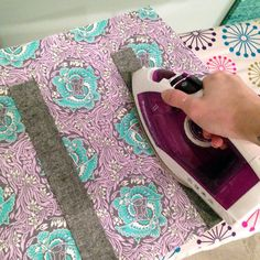 This is the Part 1 of the Evelyn Photo Tutorial. Click here for Part 2 > Click here for Part 3 > I had to sew up an Evelyn Tote as a gift so I thought I'd take photos along the way for a tutorial and use Pellon's brand new Flex Foam for the first …
