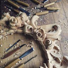 Я знал, что не уйти на долго от этой работы. Уж очень полюбился  дизайн этой рамы. И вот снова лето, дача, мастерская. #woodcarving#woodcrafting#ornaments#pattern#ornament#patterns#carving#wood#frame#handmade#ink #workplace#masterpiece#мебель#furniture #handwork#woodworking#baroque#woodart#узор #рама#резьбаподереву#искусство#резьба#ручнаяработа#xperiaxz#орнамент#мастерство#restoration#wooden