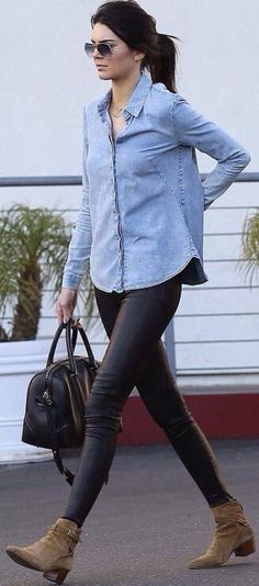 Kendall Jenner wears light blue denim shirt, black leather leggings, olive suede ankle boots, black - All About Suede Ankle Boots, Suede Booties, Brown Ankle Boots Outfit, Booties Outfit, Beste Leggings, Look Legging, Leggings Negros, Looks Style, My Style