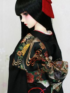 Ayaka in black. A ball jointed doll dressed in a furisode kimono Mais Pretty Dolls, Cute Dolls, Beautiful Dolls, Porcelain Doll Makeup, Porcelain Dolls For Sale, Fine Porcelain, Porcelain Skin, Ooak Dolls, Blythe Dolls