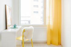 Työhuone sai ihanan keväisen ilmeen keltaisilla verhoilla ja tuolilla.