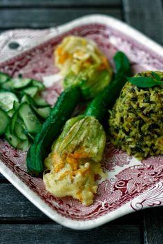 frittierte Zucchini-Blüten mit Wildreis und Gurkensalat