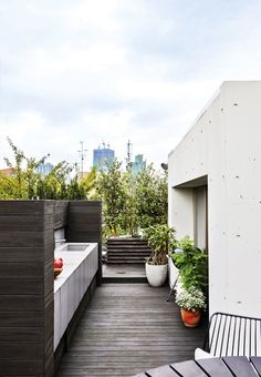 We love this green roof terrace with a practical and cool outdoor kitchen.