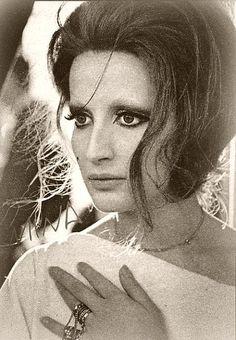 Mina, nome d'arte di Mina Anna Maria Mazzini (Busto Arsizio, 25 marzo 1940), è una cantante, conduttrice televisiva, attrice cinematografica, produttrice discografica italiana.